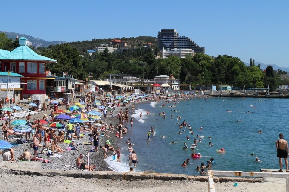 Больше 3 миллионов туристов за 2 месяца: Каким был курортный сезон 2020 в Крыму