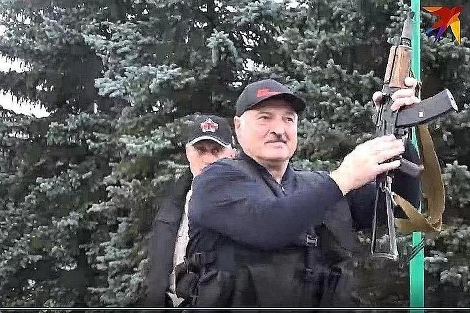 """Лукашенко 23 августа с автоматом в руках ходил по своей резиденции и общался с силовиками. Фото: Telegram-канал """"Пул Первого""""."""