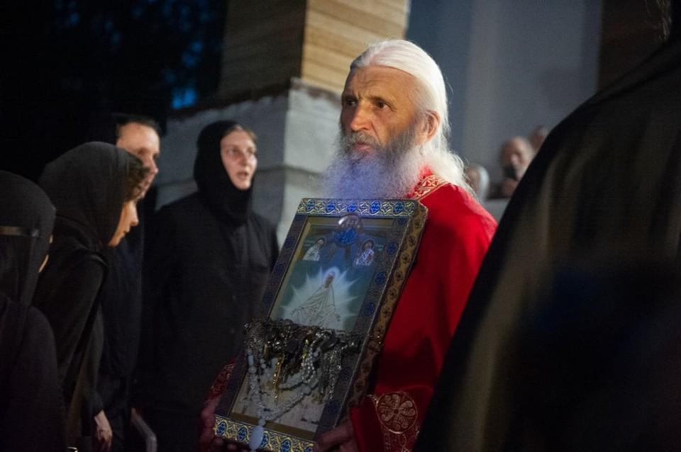 Опальный отец Сергий со сторонниками по-прежнему занимает Среднеуральский монастырь.