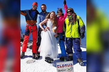 Сказать друг другу «да» над облаками: пара из Владивостока устроила свадьбу в самой высокой точке Европы