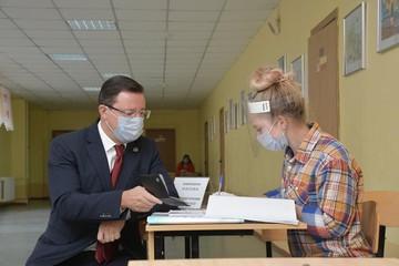 Губернатор Самарской области Дмитрий Азаров досрочно проголосовал на выборах муниципальных депутатов
