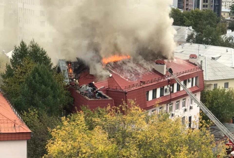 Дым поднимается от крыши здания. Фото: Ilya Upgraded, Инцидент.Екатеринбург/vk.com