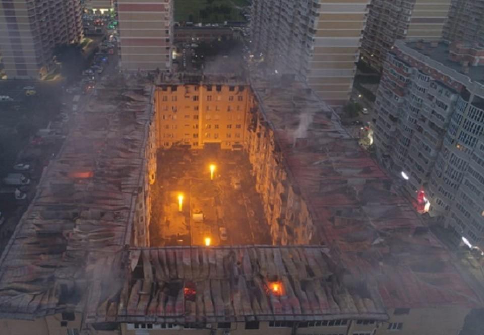 Крыша восьмиэтажки горела, что спичка. Фото: ГУ МЧС по краю