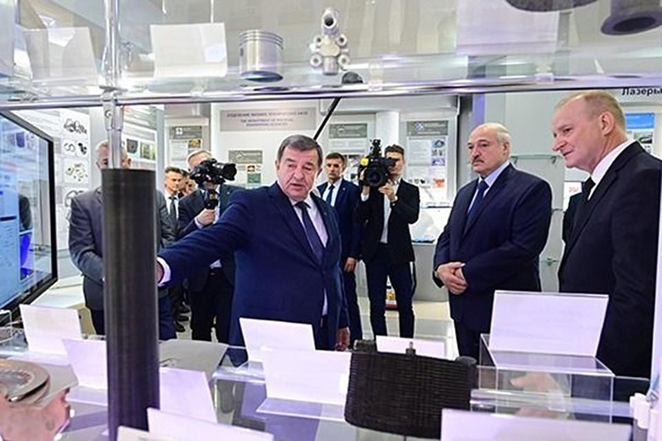 Александр Лукашенко ознакомился на выставке с последними разработками и исследованиям. Фото: president.gov.by