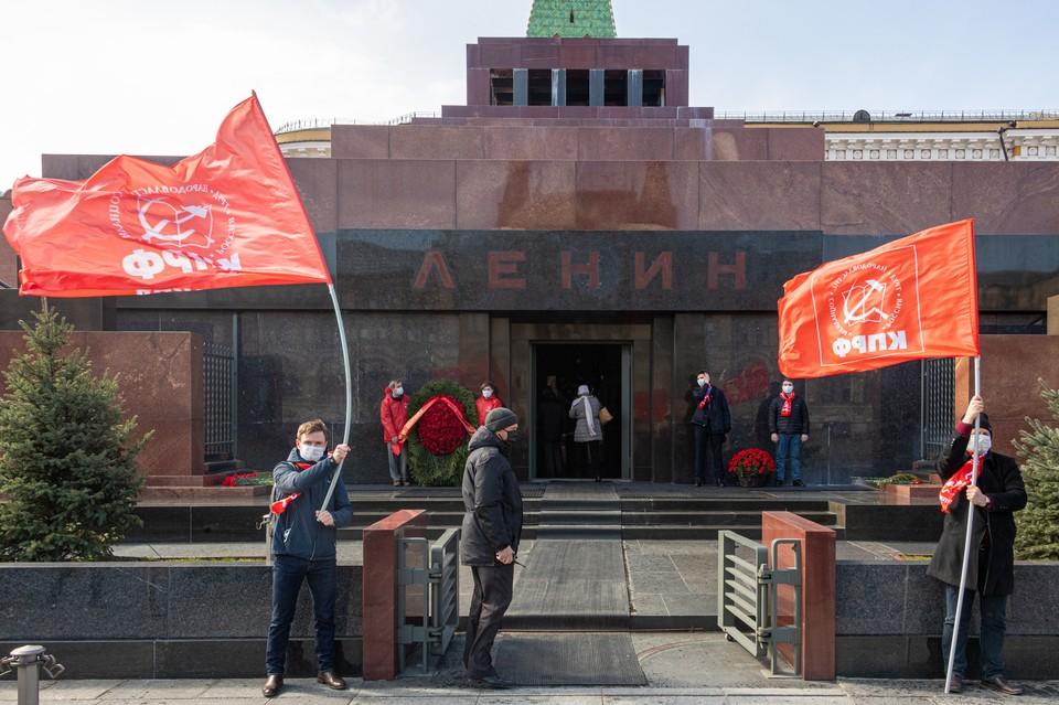 Российские коммунисты у мавзолея Владимира Ленина в 150-ю годовщину вождя пролетариата.