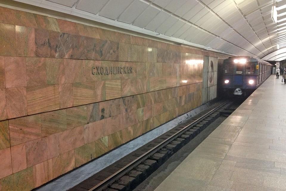 """Странный случай произошёл на Таганско-Краснопресненской линии московской подземки. Несколько дней назад сотрудники станции метро """"Сходненская"""", осуществляющие контроль за порядком, заметили на рельсах мужчину. Фото: АГН """"Москва"""""""