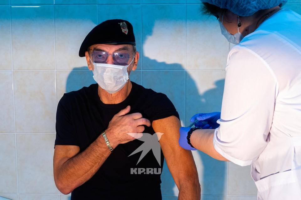 Михаил Боярский упал в обморок в кабинете врача, но ему быстро оказали помощь, а потом поставили прививку от гриппа.