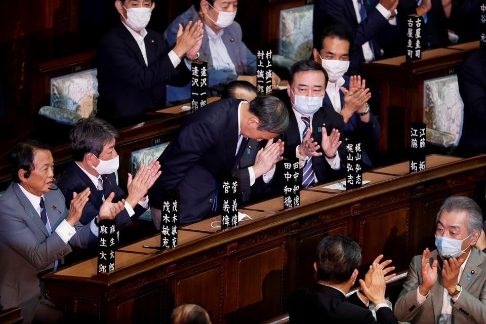 Глубокий поклон нового премьер-министра Японии Есихидэ Суги во время инаугурации.