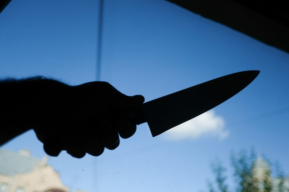 Неизвестный с ножом напал на курьера интернет-магазина.