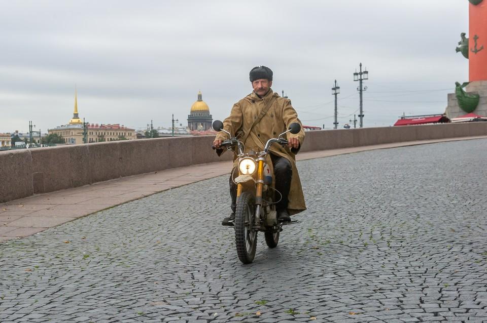 Наш Печкин более современных взглядов и ездит на мотоцикле