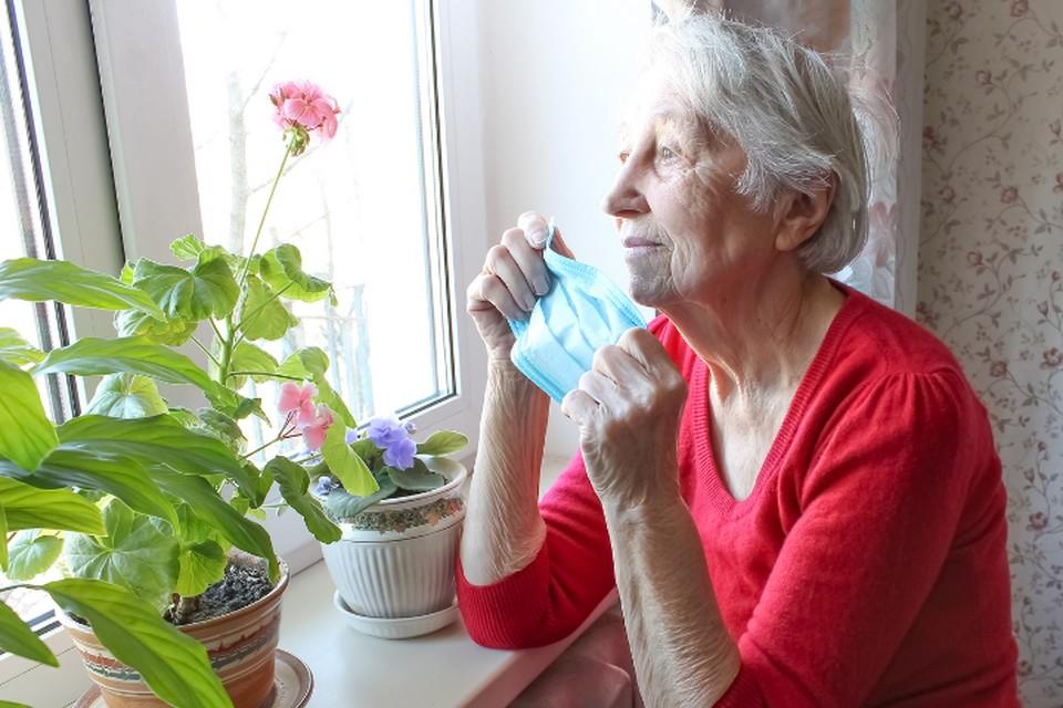 Под предлогом эпидемии дети и внуки стали еще реже заходить. Фото carepredict.com.