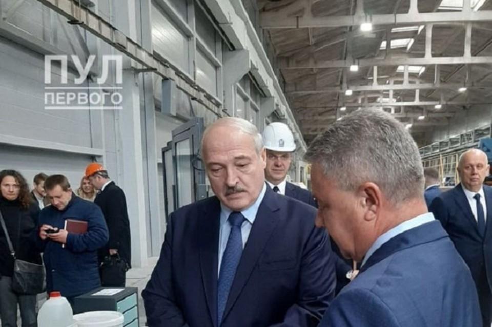 Президенту вручили сертификат на квартиру. Фото: телеграм-канал Пул Первого
