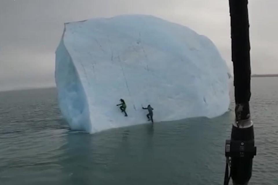 Путешественники решили покорить плавающий в океане айсберг