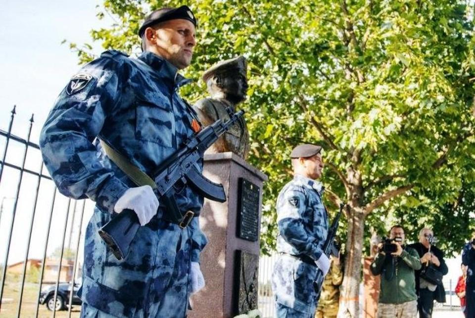 Под Курском установили бюст Герою России Андрею Хмелевскому