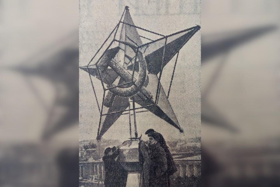 Звезда для Никольской башни с самоцветами на серпе и молоте. Фото: снимок СОЮЗФОТО из номера «Комсомольской правды» за октябрь 1935 года.