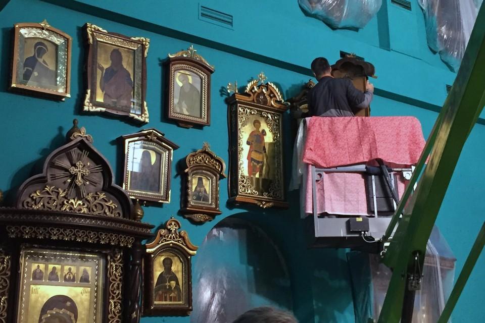 Стены в храме покрасили в цвет морской волны. Фото: Храм Спас на Водах в Мурманске