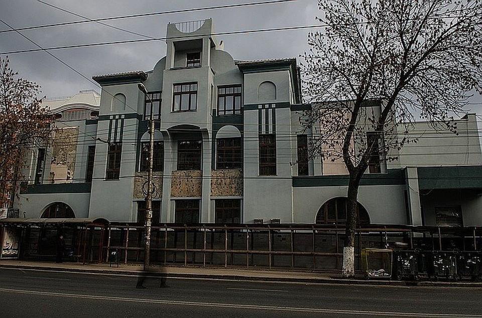 При реконструкции были уничтожены пять барельефов на фасаде здания