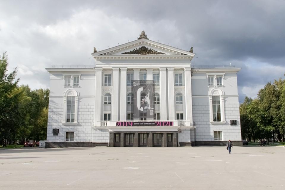 Театр временно закрыли
