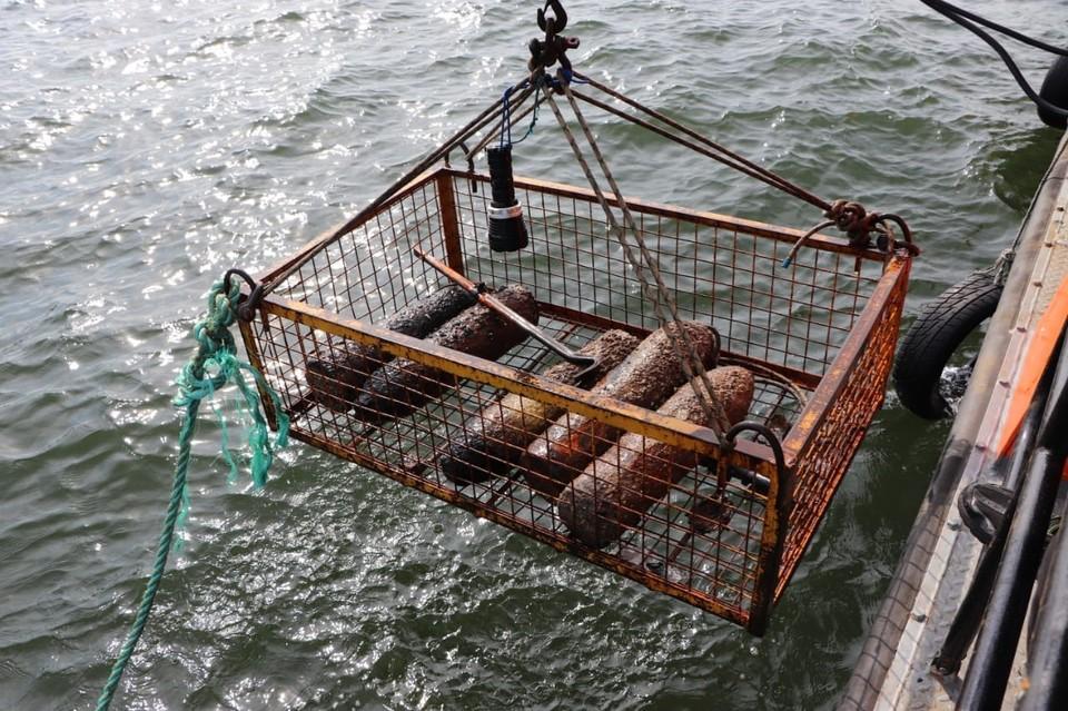 Боеприпасы поднимали из баржи в специальной корзине, которую тянули лебедкой.