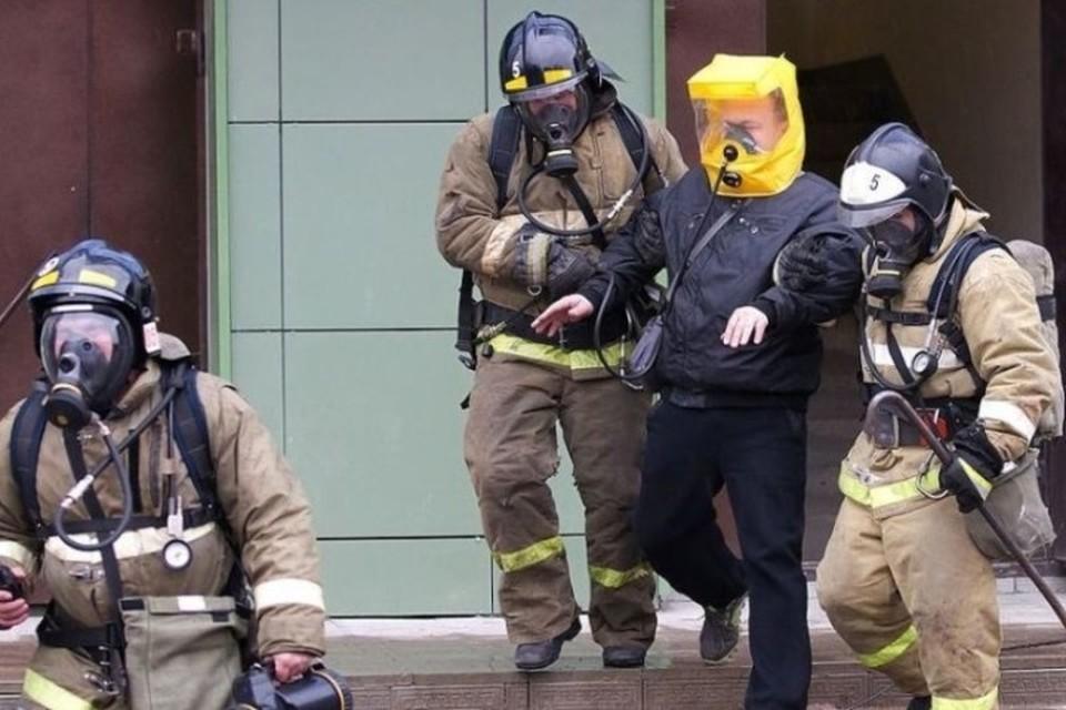 Пожарные спасли мужчину из горящей квартиры в Кузбассе. Фото: ГУ МЧС России по Кемеровской области