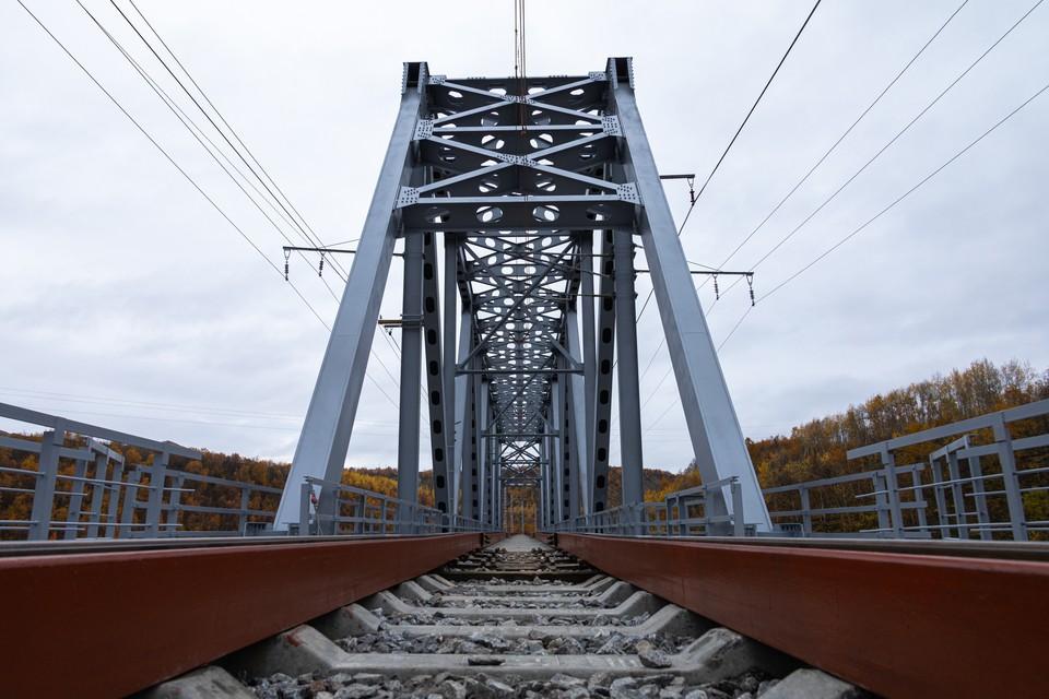 Новый мост построен по современной технологии.