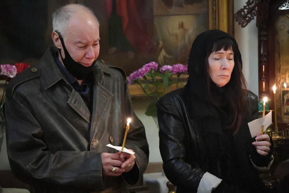 На отце не было лица: Владимир Конкин прорыдал все похороны своей дочери Софии