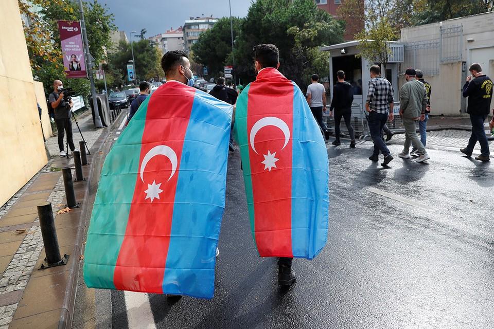 Участники пикета в поддержку Азербайджана в Стамбуле, Турция.