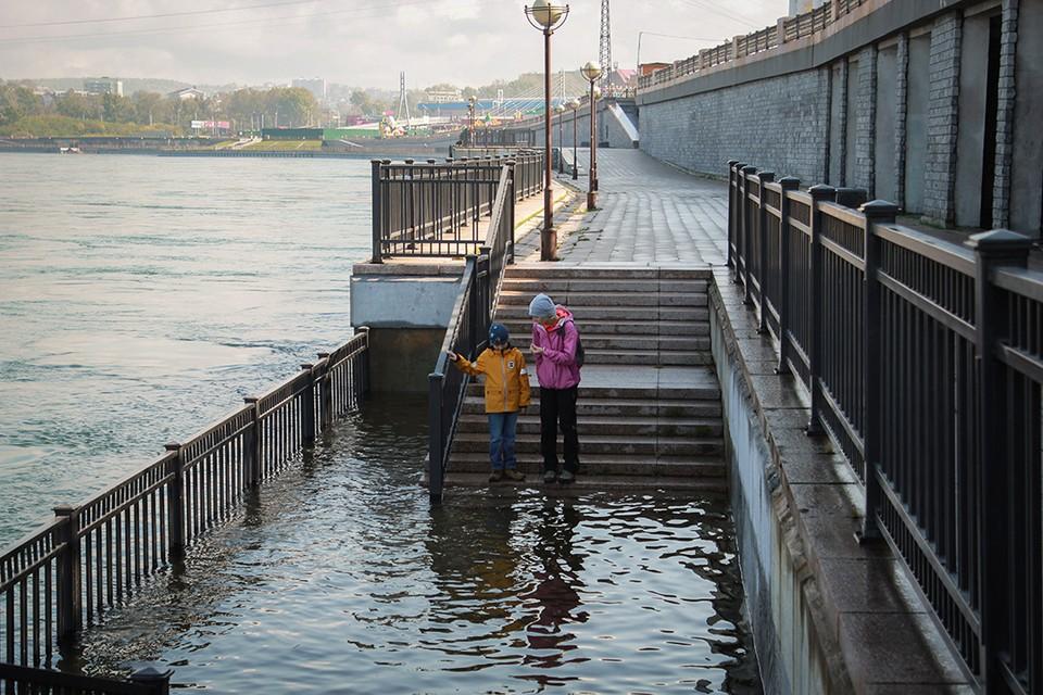 Байкал топит побережье, сброс воды с ГЭС в Иркутске увеличен.