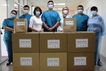 Трудовые будни приморских медиков, сражающихся с COVID, скрасили угощениями
