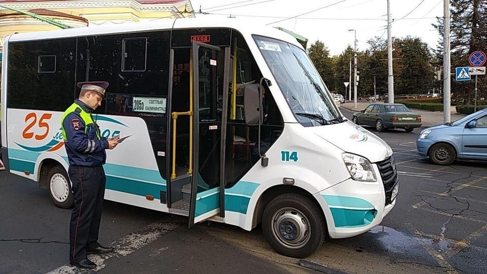 """Микроавтобус, врезавшийся в """"Тойоту"""""""