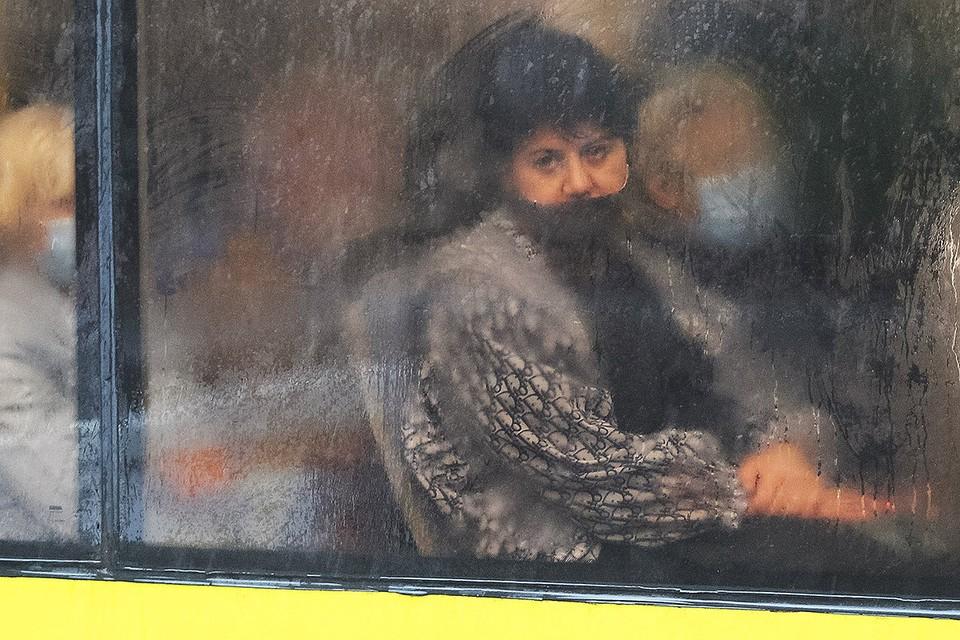 Пассажирка в киевском общественном транспорте.