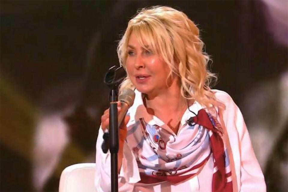В последнее время лицо певицы выглядит сильно опухшим. Друзья подозревают, что она много пьет. Фото: Канал «Россия 1»