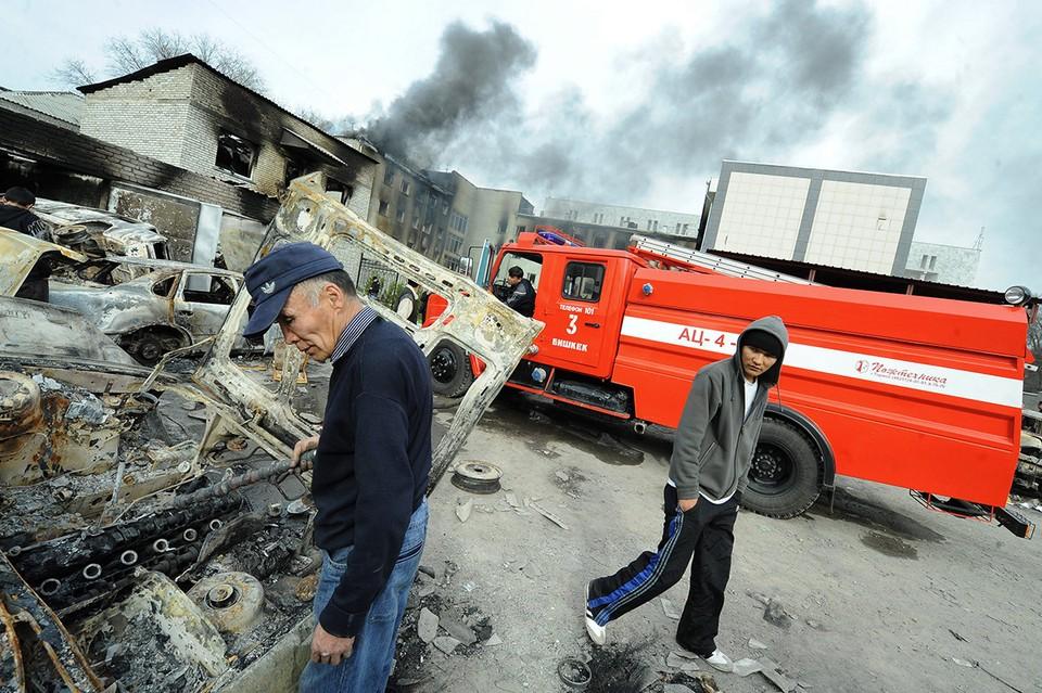 Беспорядки в Бишкеке, апрель 2010 года. У сгоревшего здания прокуратуры Кыргызстана. Фото: ИТАР-ТАСС/ Валерий Шарифулин