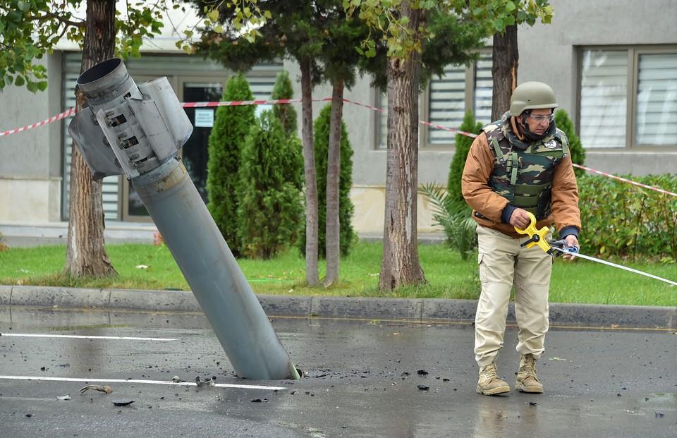 Последствия обстрела в азербайджанском городе Мингечевир.