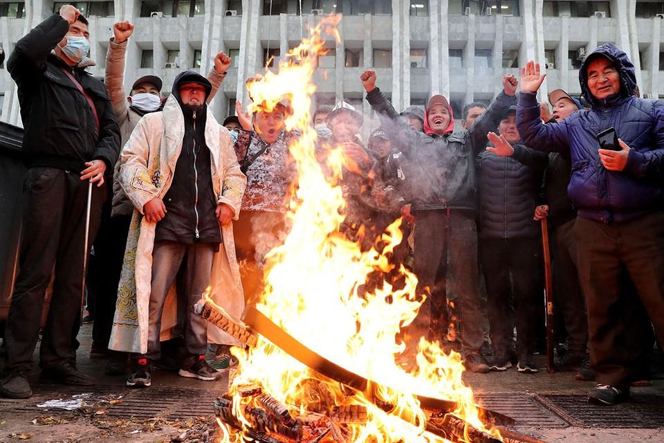 Массовые протесты в центре Бишкека начались после объявления итогов парламентских выборов. Фото: EPA/ТАСС