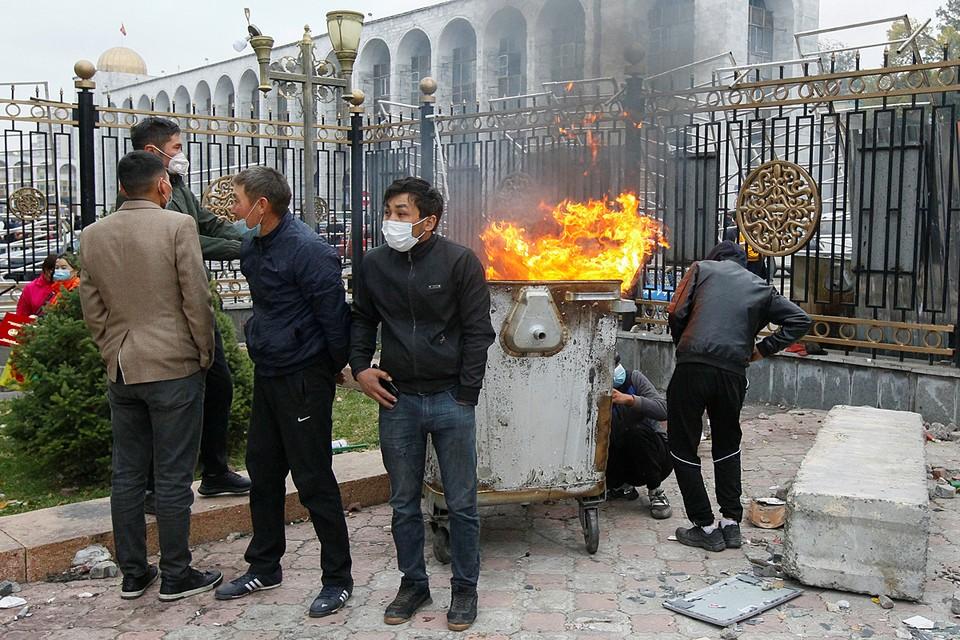 Большая часть жителей Бишкека и прилегающих районов - в основном молодые люди. Их источником существования была работа в Москве. Когда в России возникает кризис – у киргизов на Родине бумерангом растет агрессия