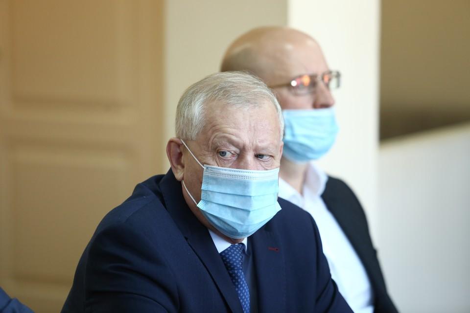 Как и в прошлый раз, Евгений Тефтелев прибыл в деловом костюме