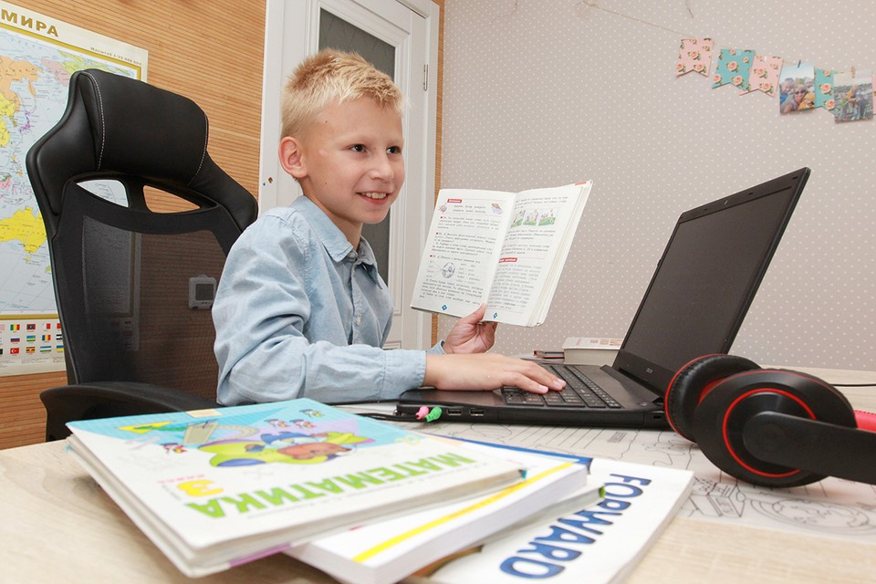 Согласно официальным данным на 8 октября, более 100 российских школ переведены на дистанционное обучение.