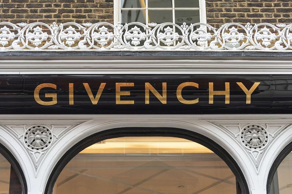 Известный французский модный бренд Givenchy выпустил коллекцию обуви сезона «весна-лето 2021».
