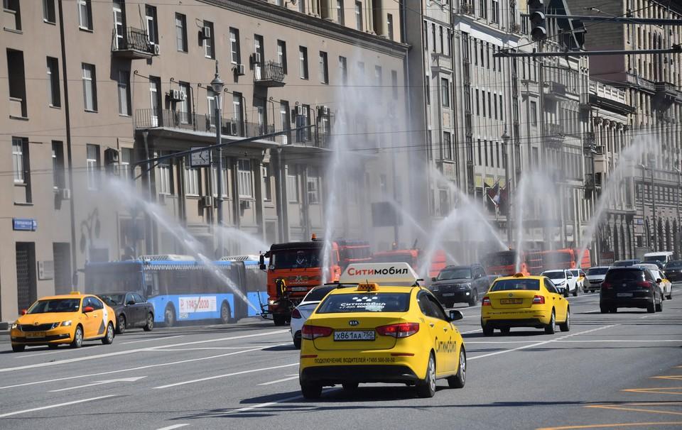 В Москве такси упало в реку, водитель погиб