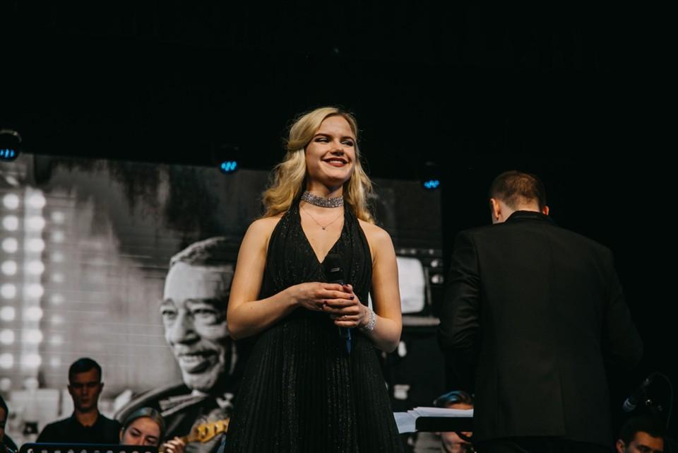 С кем бы еще из знаменитостей девушка хотела бы спеть на одной сцене, она не загадывает, объясняя это тем, что она еще учится и все придет в свое время.