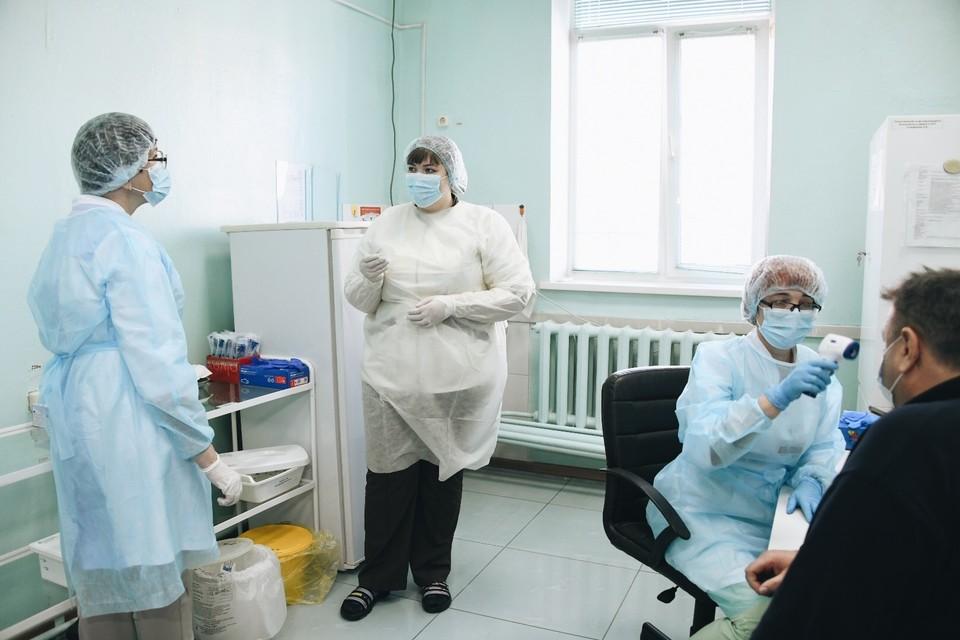 В сложившейся ситуации доктора, которые продолжают работать несмотря на все риски и нагрузки, заслуживают уважения втройне. Фото: правительство Амурской области