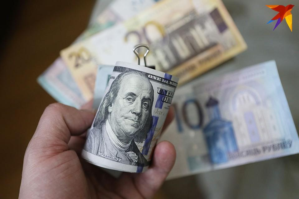 Белорусы продолжают снимать деньги с депозитов.