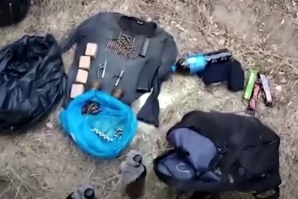На месте происшествия и по адресам местожительства радикальных исламистов следователи обнаружили и изъяли автоматы, гранаты, множество патронов, химические компоненты и поражающие элементы к бомбам, а также литературу религиозного характера. Фото: оперативная съемка