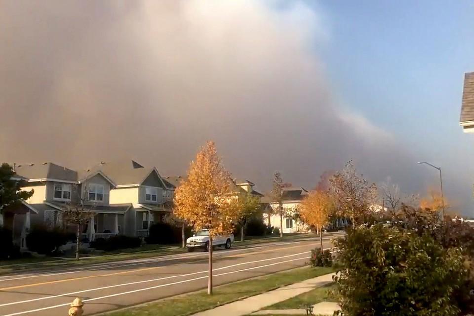 Кадры крупнейших в истории США пожаров на западе страны продолжают появляться в сети.