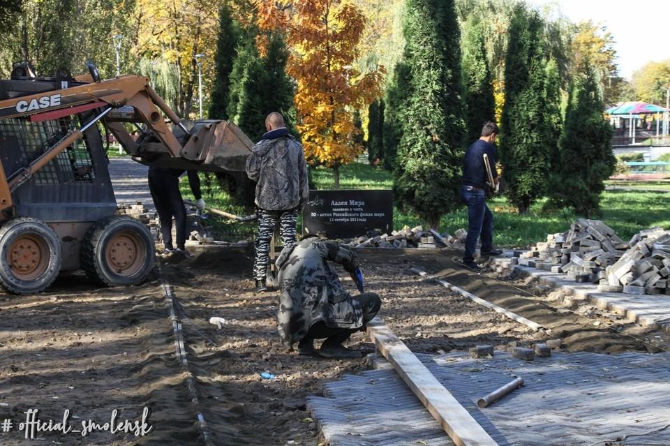 Недоделки после реконструкции устраняют в сквере у стены в Смоленске. Фото: администрация г. Смоленска.