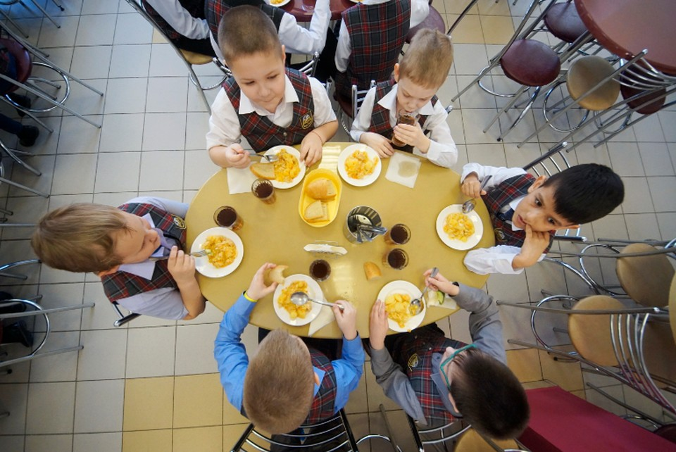 Учеников начальной школы уже второй месяц кормят бесплатно, а их родители все не могут вернуть переплату, оставшуюся с весны.