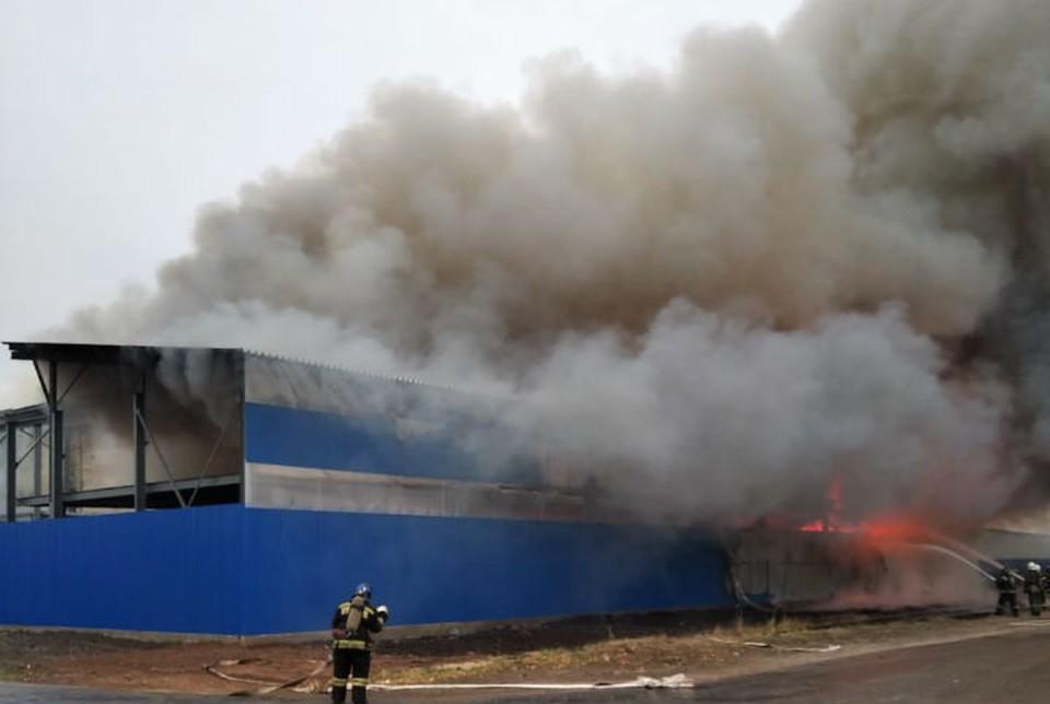 Мебельные склады в Нижнем Новгороде тушили 120 человек и спецпоезд.