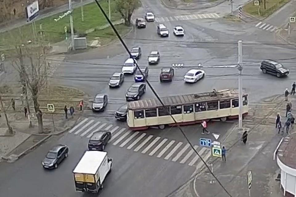 На ЧМЗ трамвай сошел с рельсов. Фото: кадр из видео с камер «Интерсвязи»