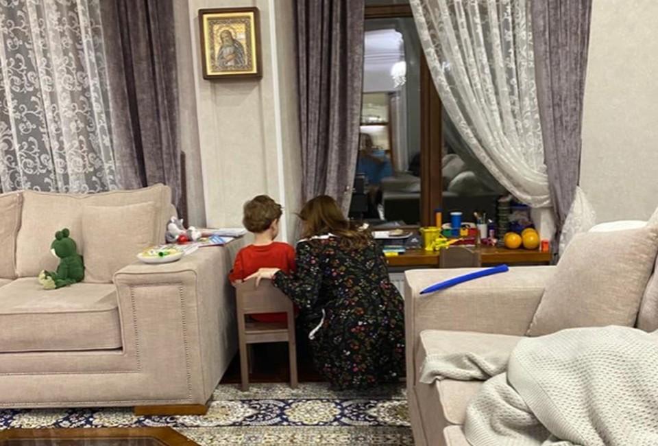 Хабиров со спины сфотографировал свою супругу Каринэ Хабирову и сына Фарита.